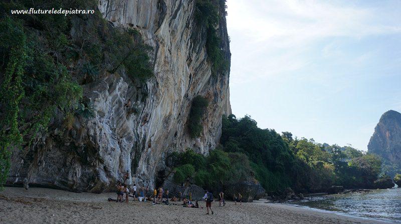 Faleza TonSai Bay Adaman Beach, pe plaja din golf, escalada Thailanda