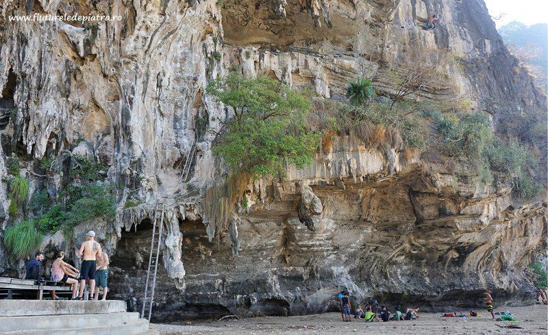 faleză de escaladă pe plajă, golful TonSai, Thailanda