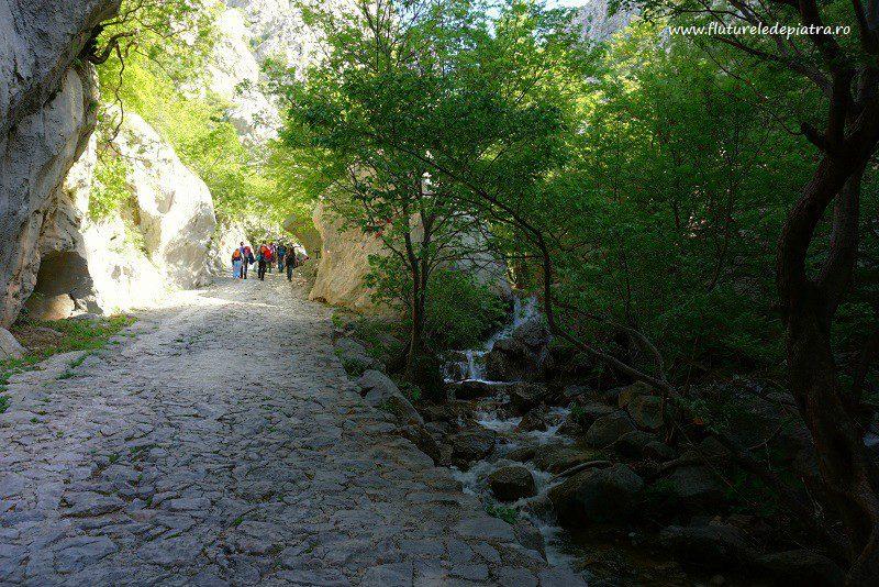 Parcul Național Paklenica, poteca turistică pe la baza falezelor de escaladă