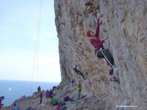 Ioana pe un 6c frumos la Secret Garden, Kalymnos, escalada Grecia