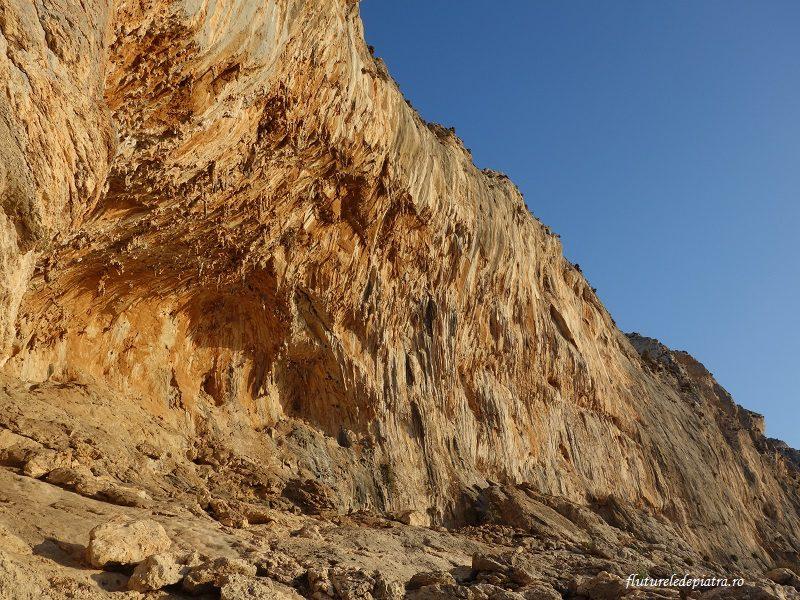 Grande Grotta, faleza de deasupra satului Massouri, Kalymnos, escalada Grecia