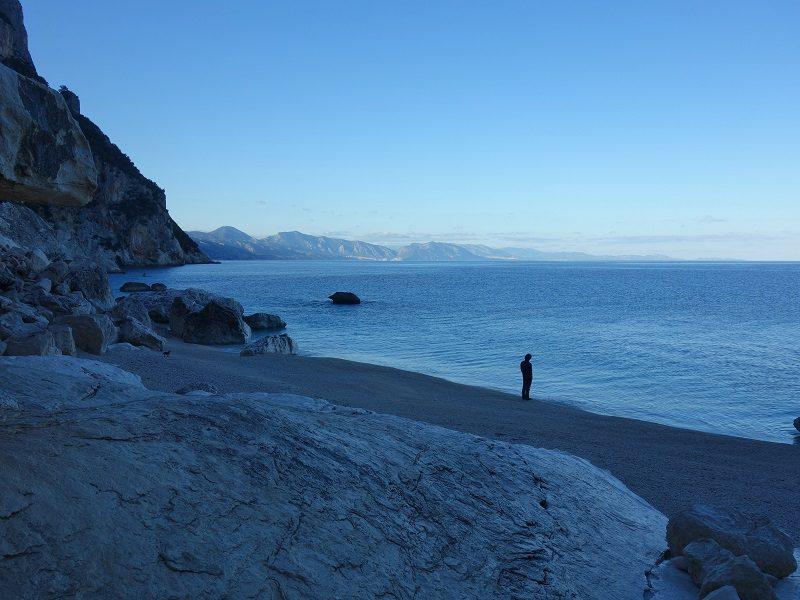 plaja de la Cala Goloritze, unde se poate ajunge cu barca vara, Sardinia escalda
