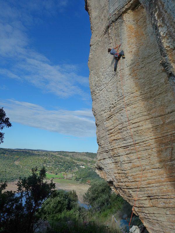 escaladă în Rocca Regina, sub satul Monteleone, Sardinia