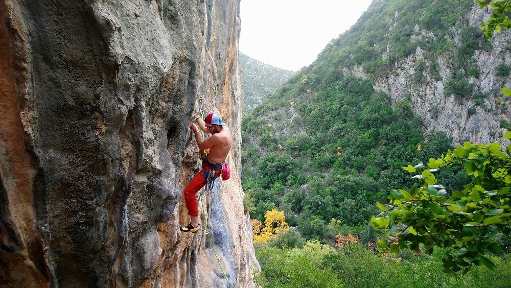 Mircea pe un 7a in sector Limeri, Leonidio, escalada grecia