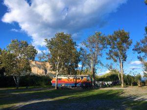 dubiță veselă parcată în camping Leonidio, Grecia, escalada