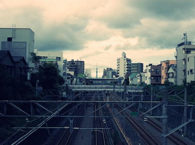 東京スカイツリーと山手線線路