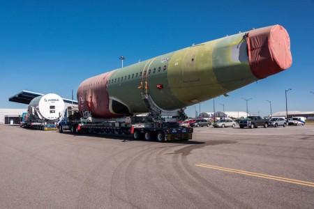 Llegada a la factoría de Airbus en Mobile de las secciones de fuselaje del primer A320 que se montará allí, desde el puerto de la localidad.