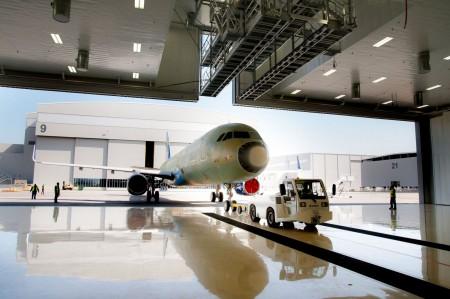 Entrada al hangar de pintura de MAAS Aviation en la factoría de Airbus en Mobile.