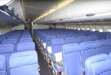 Cabina de turista en la cubierta principal con filas de 10 asientos.