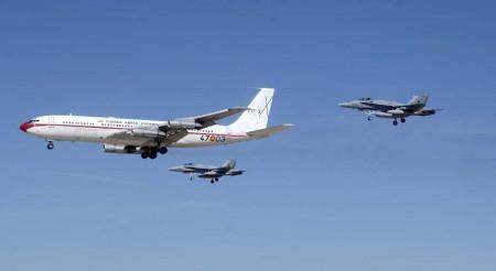 Pasada de despedida del último B-707 del Ejército del Aire español, escoltado por dos F/A-18.