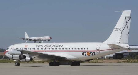 El T17-3 en cortísima final a la pista de Torrejón mientras el T.17-2 permanece estacionado en la plataforma de la base.