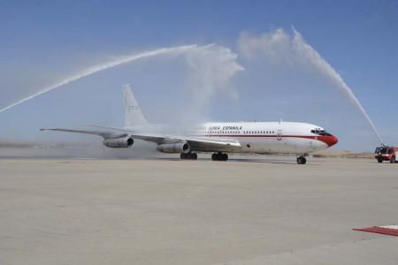 El B-707 T17-3 fue recibido con un arco de agua a su legada a la plataforma de Torrejón tras su vuelo de despedida.