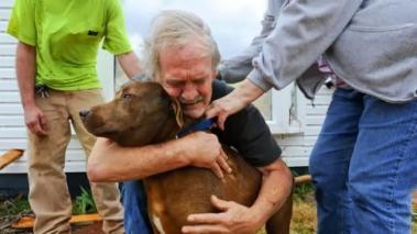 Greg Cocine abraza a su perro, encontrado en el interior de su casa en Alabama, destruida por un tornado en marzo de 2012.