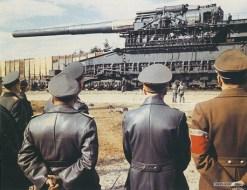 Adolf Hitler observa el cañón Dora, 1942.