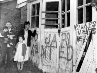 Una familia japonesa regresa a su casa desde un campamento de reubicación en Hunt, Idaho, el 10 de mayo de 1945.