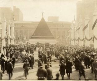 Una pirámide de cascos alemanes de la Primera Guerra Mundial, Nueva York, 1918.
