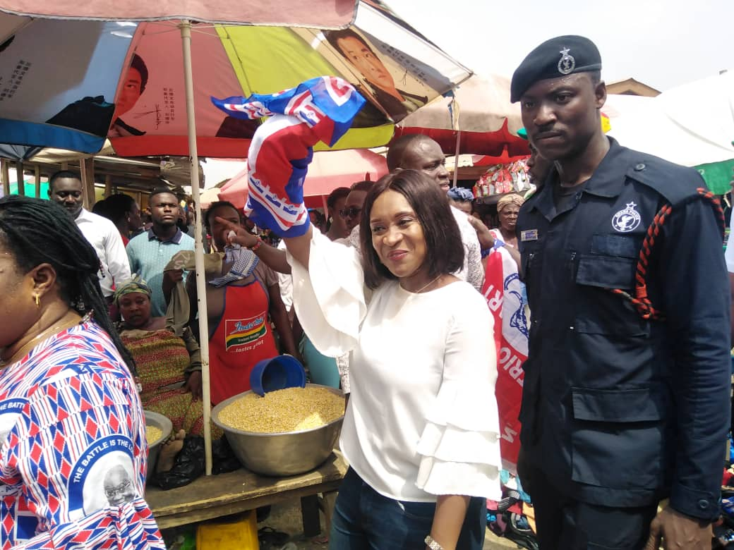 Abena Osei-Asare Mobbed At Anyinam Market…As Traders Shout 4 More For Abena
