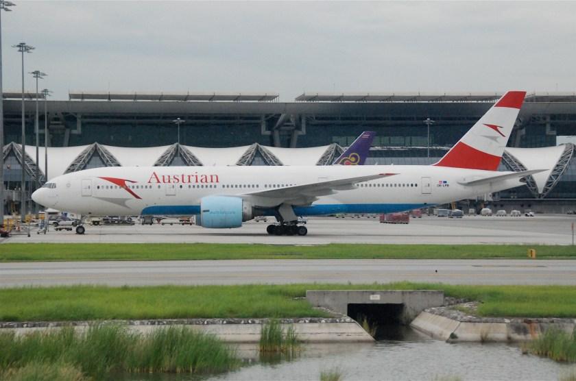 Austrian_Airlines_Boeing_777-200;_OE-LPB@BKK;30.07.2011_613ky_(6041983655)