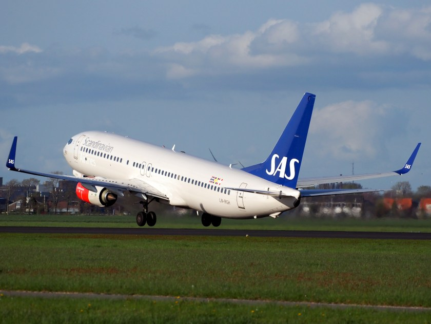 LN-RGH_SAS_Scandinavian_Airlines_Boeing_737-86N_takeoff_from_Polderbaan,_Schiphol_(AMS_-_EHAM)_at_sunset,_pic2