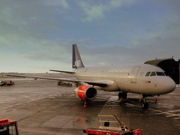 SAS_A319_OYKBR_AT_KASTRUP_AIRPORT_COPENHAGEN_DEC_2012_(8251605303)