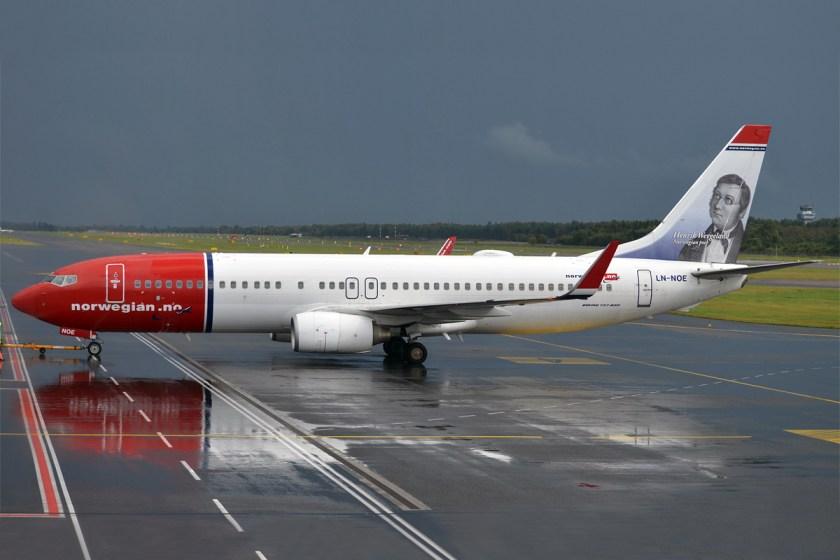 Norwegian_(Henrik_Wergeland_livery),_LN-NOE,_Boeing_737-8Q8_(16270712027)