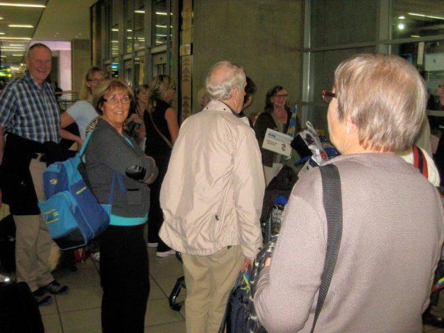 En grupp resenrer samlas p flygplatsen i Johannesburg 2 guider p plats
