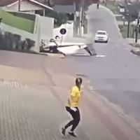 VIDEO - SMALL AIRCRAFT CRASHES ON A RESIDENTIAL STREET IN BRAZIL