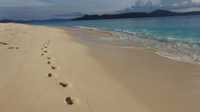 Club Paradise Palawan - Beach with footprints