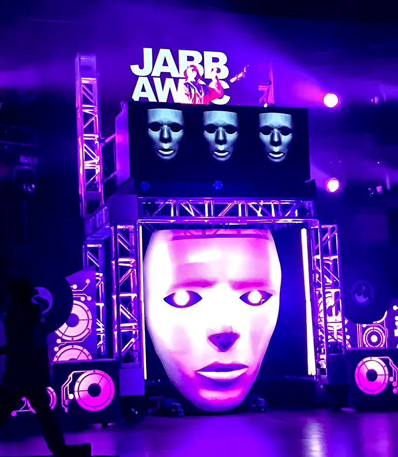 The giant Jaberwockeez masks stares blanky from the stage at Universal Studios Hollywood