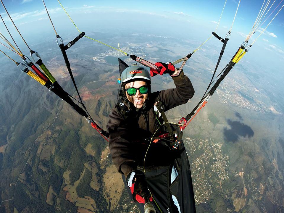 Selfie em voo de Parapente (paraglider) no topo do mundo serra da moeda