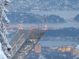 Spitze und Aussichtsplattform der Holmenkollen Skischanze vor dem Hafen von Oslo