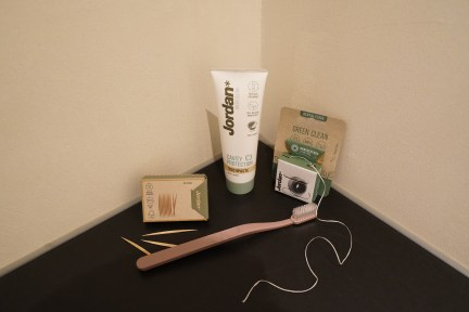 Badkamer, tandpasta, floss, tandenborstel en tandenstokers van de Green Clean lijn van Jordan.