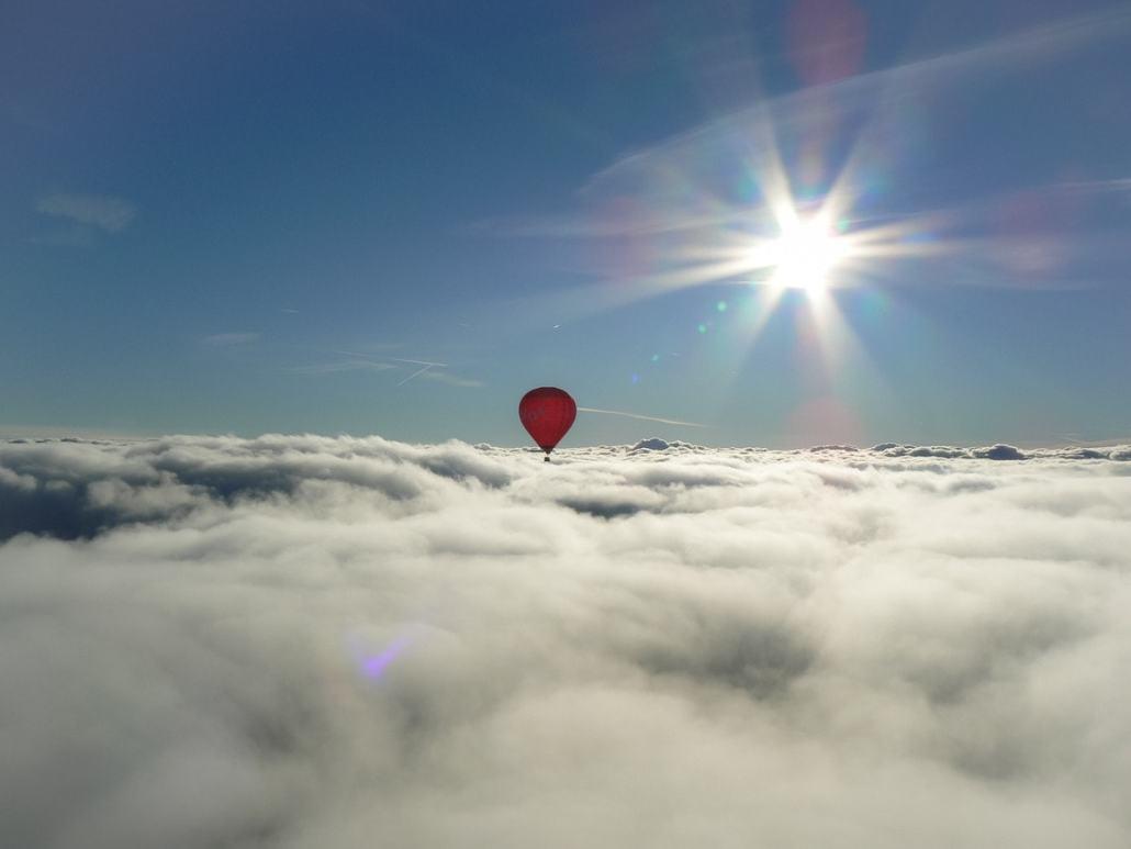 Oro balionas virš debesų