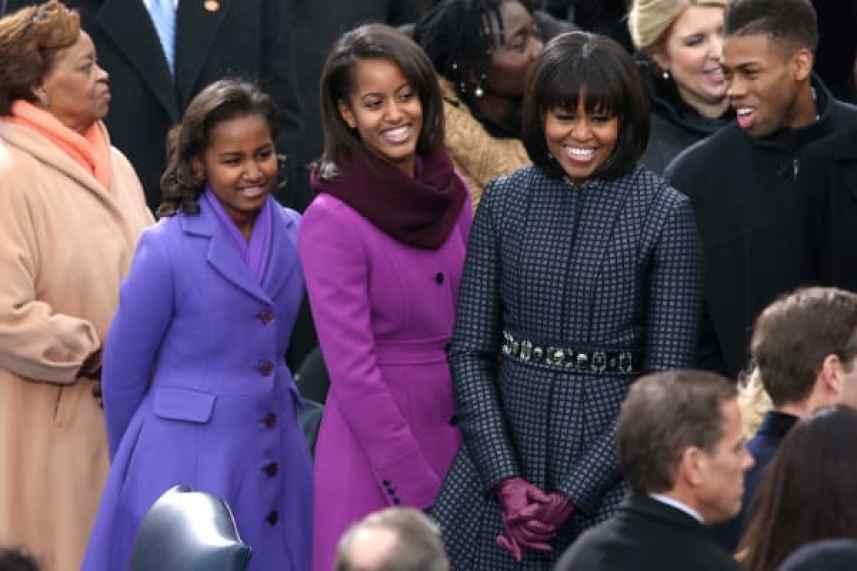 La primera dama Michelle Obama y sus hijas, Sasha Obama y Malia Obama llegan durante la inauguración presidencial.