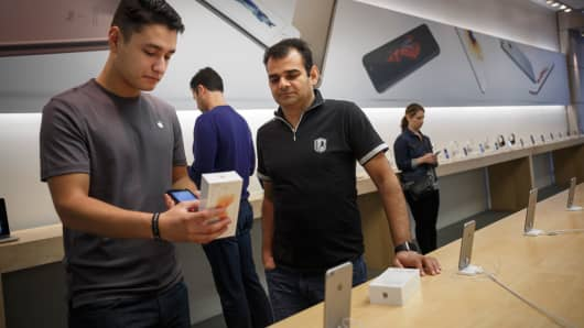 An Apple store employee with a customer in Chicago.
