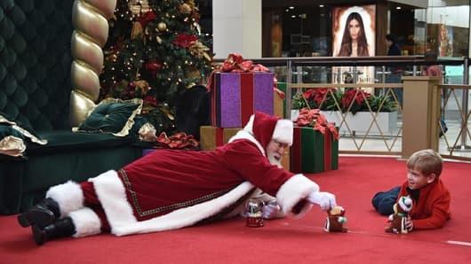 Si quieres saber la diferencia un Papá puede hacer.  Esta foto de Santa que juega con un niño, tomada en Caring caso de Santa del SouthPark Mall en Charlotte, Carolina del Norte, se difundió a principios de este mes.