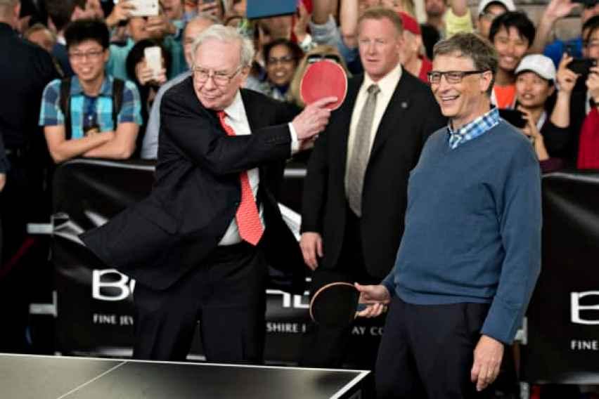 Warren Buffett, presidente de Berkshire Hathaway Inc. (izquierda), juega pingpong con Bill Gates, presidente y fundador de Microsoft Corp. y director de Berkshire Hathaway Inc., en la reunión anual de accionistas de Berkshire Hathaway en Omaha, Nebraska, el 3 de mayo. 2015.