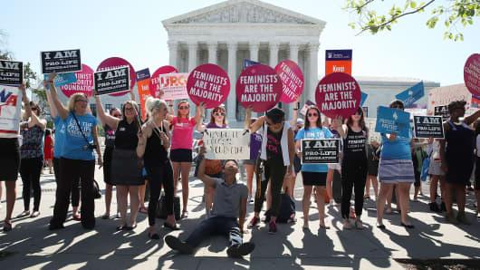 Los manifestantes en ambos lados de la cuestión del aborto se unieron frente al edificio de la Corte Suprema de los EE. UU. El 20 de junio de 2016 en Washington, DC.