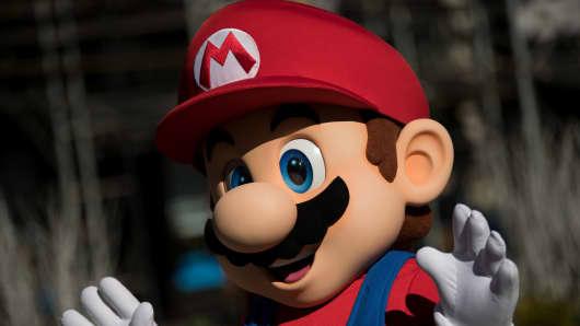 Una persona vestida como el personaje de Nintendo, Mario, saluda en un local de Nintendo en el Madison Square Park, el 3 de marzo de 2017 en la ciudad de Nueva York.