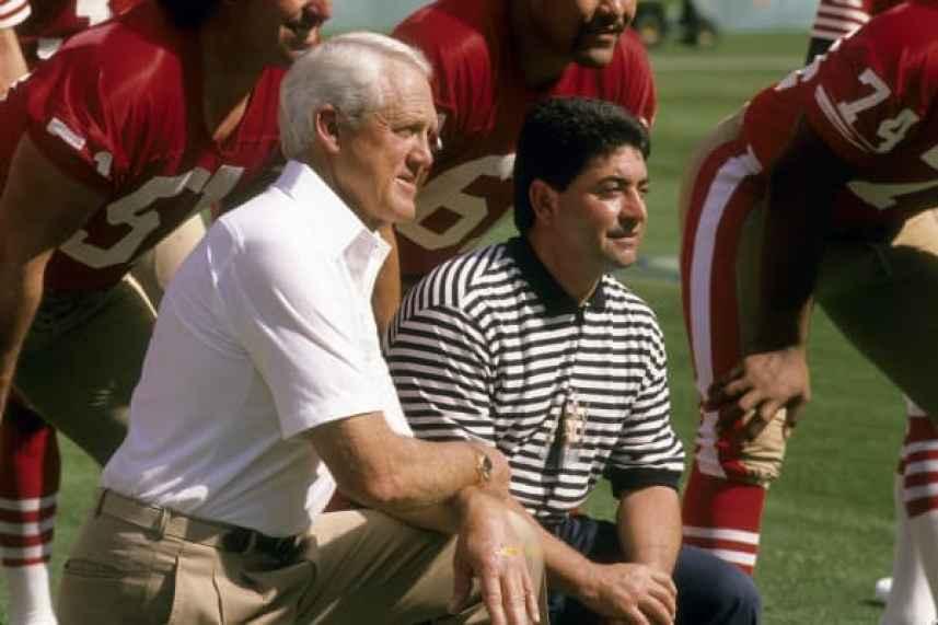 El entrenador en jefe Bill Walsh de los San Francisco 49ers