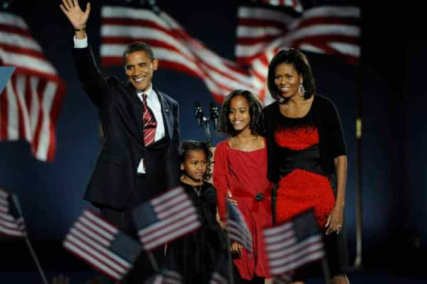 Mientras el 44o Presidente de los Estados Unidos Barack Obama sube al escenario, con sus hijas Sasha y Malia y su esposa Michelle a su lado, en Grant Park en Chicago, Illinois, el martes, 4 de noviembre de 2008.