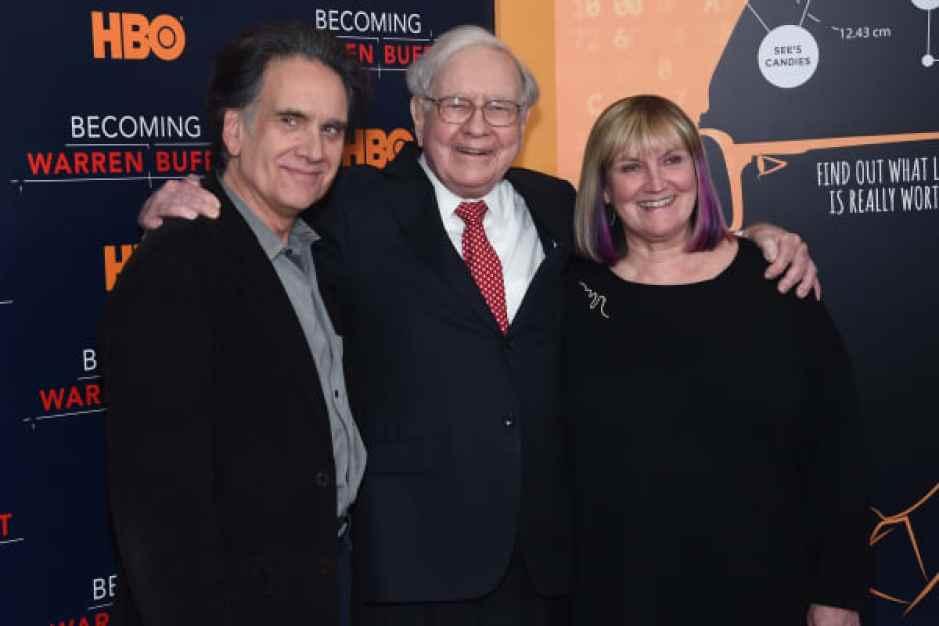 """Peter Buffett, Warren Buffett y Susie Buffett asisten al estreno mundial de """"Becoming Warren Buffett"""" en el Museo de Arte Moderno el 19 de enero de 2017 en la ciudad de Nueva York. ("""
