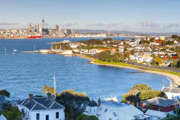 Neuseeland, Auckland, Waitakere Harbour, erhöhte Ansicht über Devenport in Richtung zum CBD mit Sky Tower in der Dämmerung