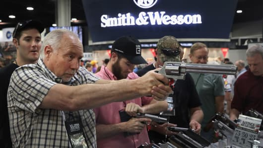 Los miembros de la National Rifle Association observan las pistolas en la exhibición de Smith & Wesson en las 146as Reuniones Anuales y Exhibiciones de la NRA el 29 de abril de 2017 en Atlanta, Georgia.