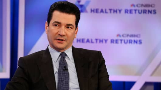 Scott Gottlieb, Comisionado de la Administración de Alimentos y Medicamentos, hablando en la Conferencia de Retornos Saludables de la CNBC en Nueva York el 28 de marzo de 2018.