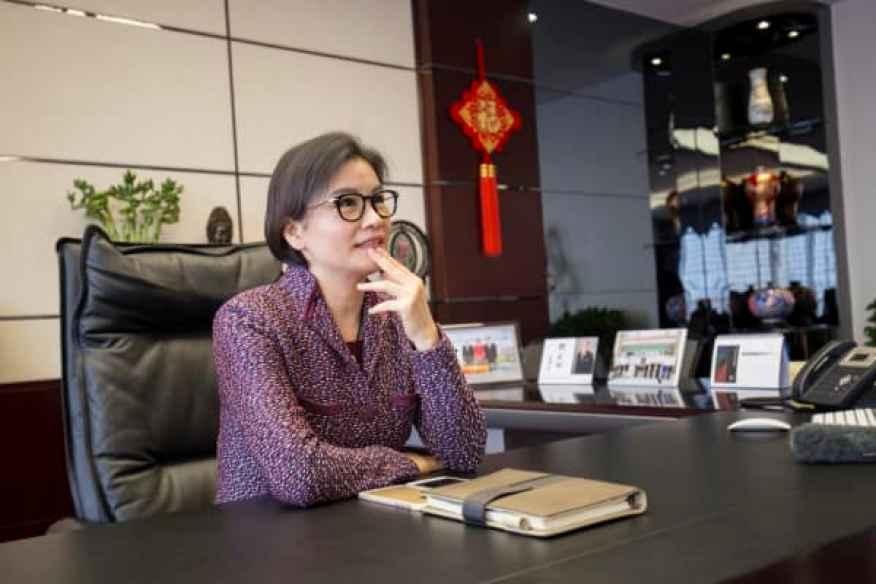 Zhou Qunfei en su oficina en Lens Technology.