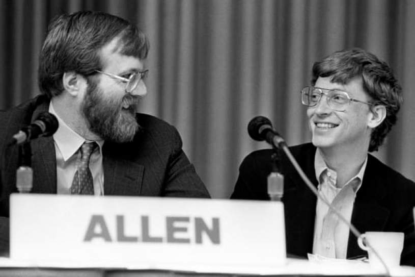 Paul Allen, de Asymetrix Corporation / Vulcan Inc., y Bill Gates, de Microsoft, comparten una sonrisa en el foro anual de PC, Phoenix, Arizona, del 22 al 25 de febrero de 1987. (Foto de Ann E. Yow-Dyson / Getty Images )
