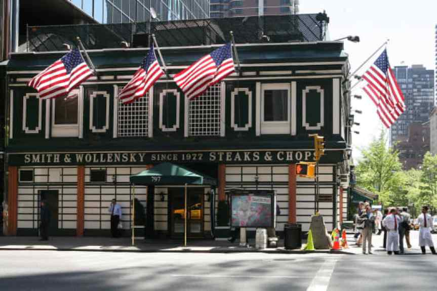 Smith & Wollensky steakhouse es fotografiado el miércoles 9 de mayo de 2007 en Nueva York.  El multimillonario Warren Buffett se sentó hoy con filetes con un inversor que pagó $ 620,100 por el privilegio.