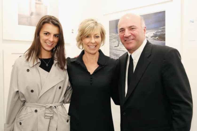 Savannah O'Leary, Linda O'Leary y Kevin O'Leary asisten al lanzamiento de Art New York y CONTEXT para la New York Art Week 2016 en Pier 94 el 3 de mayo de 2016 en la ciudad de Nueva York.