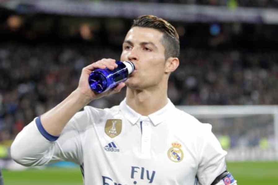 15 de febrero de 2017, Santiago Bernabeu, Madird, España; Fútbol de la UEFA Champions League, Real Madrid contra Napoli; Ronaldo toma refrigerios